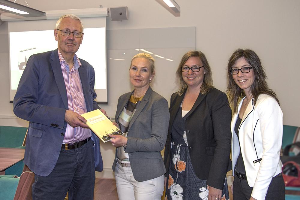 Överlämning delrapport om Värdeåteföring, foto: Sandra Backlund, Sverigeförhandlingen