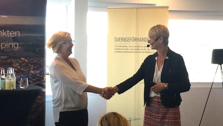 Handslag mellan Sverigeförhandlingen och Jönköping. Foto: Louise Andersson, Sverigeförhandlingen.