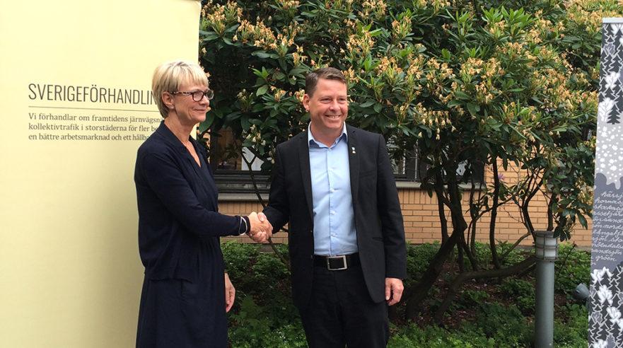 Handslag med Härryda kommun. Foto: Niklas Lundin